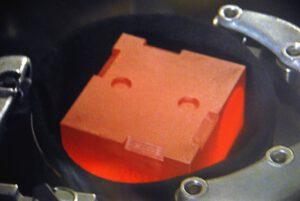Plutonium 238 generuje svým rozpadem mnoho tepla, proto je na fotkách rozžhavené do ruda. Na této fotce vidíme aktivní část pro rover Curiosity.