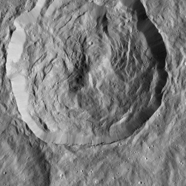 32km kráter s komplikovaným dnem na povrchu Ceres. NASA/JPL-Caltech/UCLA/MPS/DLR/IDA