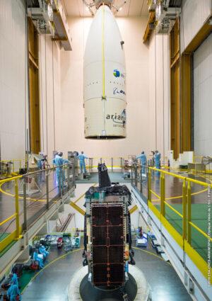 Ukládání aerodynamického krytu na satelit Intelsat 29e