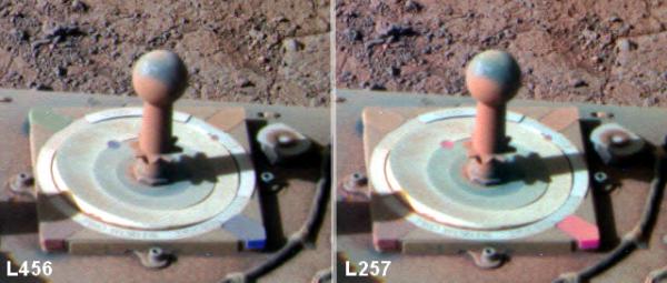 Sol 4268 pohled na kalibrační terčík se slunečními hodinami v barvách kanálů R,G,B a IR,G,UV