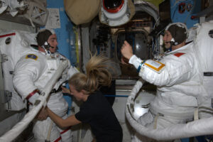 K oblékání EMU astronauti potřebují pomocníka.
