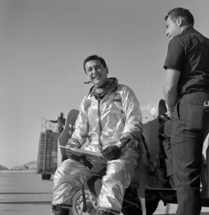 Scott Crossfield ve svém skafandru MC-2
