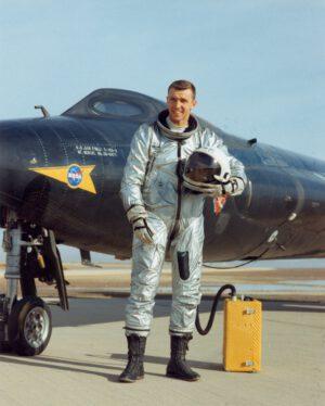 Pozdější astronaut Joe Engle ve svém A/P22S-2