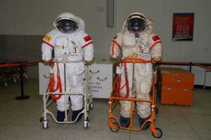 Feitian (vlevo) vedle ruského Orlanu-M