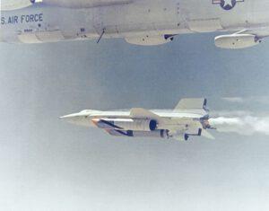 Fenomenální X-15 ve své finální konfiguraci s přídavnými nádržemi a ablativním nátěrem pro vysoké rychlosti