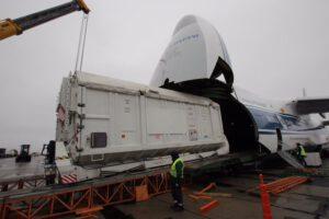 Vykládání kontejneru s družicí TGO na kosmodromu Bajkonur