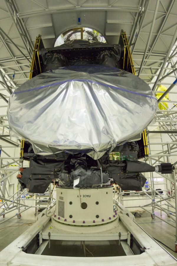 Kompletní sestava - lander EDM (Schiaparelli) je úplně nahoře - v přední části družice TGO vidíme komunikační anténu