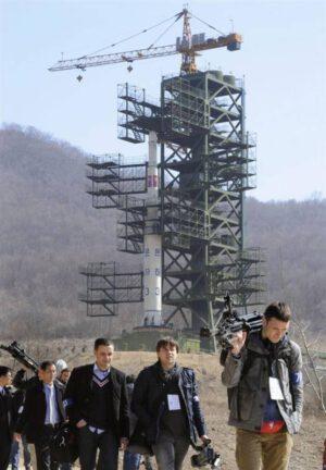 Zahraničný novinári na kozmodróme Sohae pred štartom rakety z apríla 2012