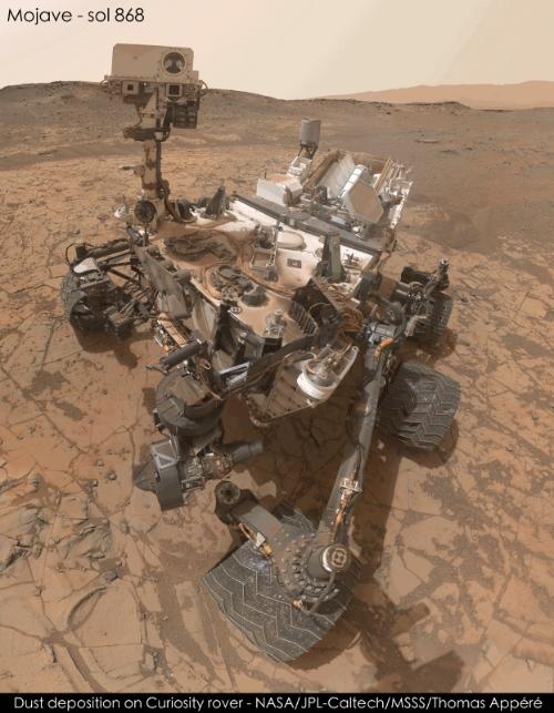 Ukládání prachu na povrchu Curiosity. Zdroj: NASA/JPL/MSSS/Thomas Appéré