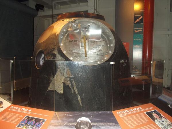 Sojuz TMA6 na letadlové lodi Intrepid.
