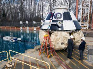 Starliner (CST-100) u testovacího bazénu Langley Research Center. Zdroj: NASA