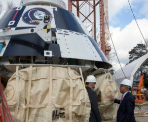 Šéf NASA Ch. Bolden u makety lodi Starliner (CST-100) v Langley Research Center. Zdroj: NASA