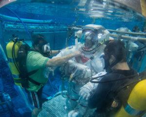 Astronaut Barry Wilmore při nácviku v bazénu Neutral Buoyancy Lab v Johnsonově středisku v Houstonu