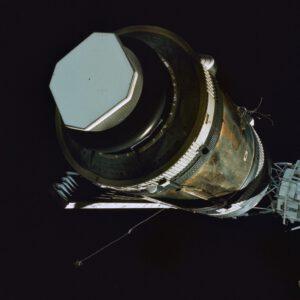 Pohled zezadu na zmrzačený Skylab (zaseknuté křídlo solárních baterií je zřetelné vlevo dole)