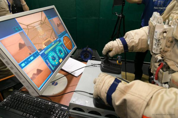 Kornijenko řídí během simulace marsovské vozidlo.