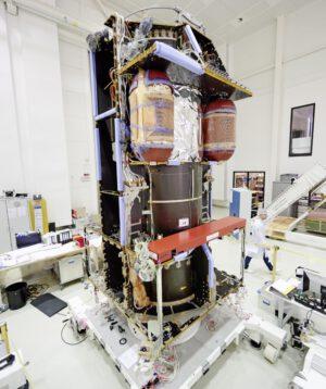 Sonda TGO při montáži - středový válec je zde vidět velmi dobře
