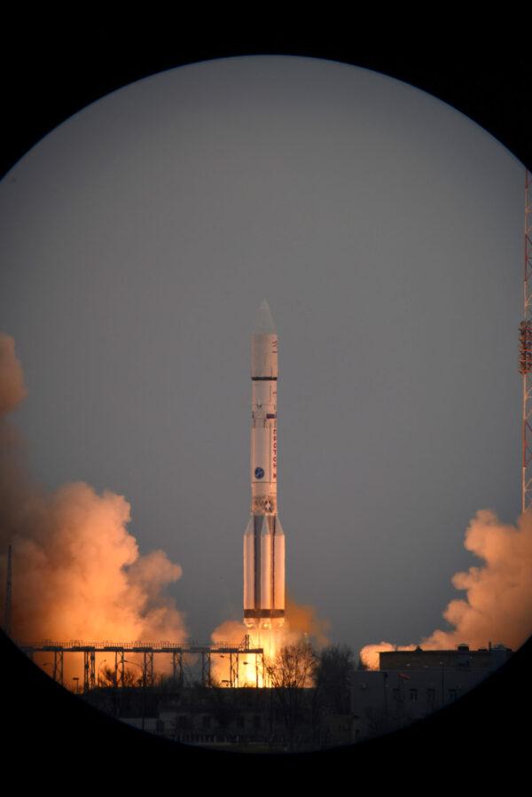 Netradiční pohled na startující Proton-M