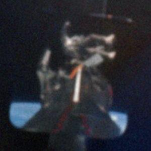 Unikátní záběr Cernana, který za pomoci zrcátka na přídi lodi pořídil Tom Stafford. Dokumentuje potíže, do kterých se Gene dostal při přechodu k zádi lodi.