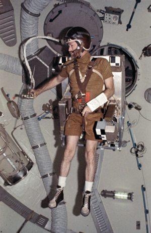 Velitel třetí expedice Jerry Carr testuje pistoli HHMU