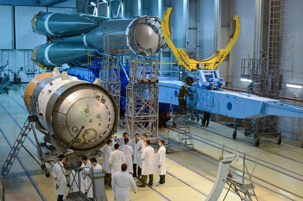 Kompletace rakety Sojuz 2.1A v montážní hale na kosmodromu Plescek