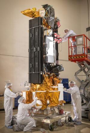 Finální předstartovní příprava družice DMSP-F19 na Vandenbergově základně