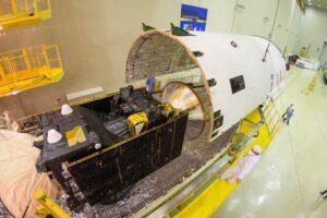 ExoMars 2016 uzavíraný do aerodynamického krytu