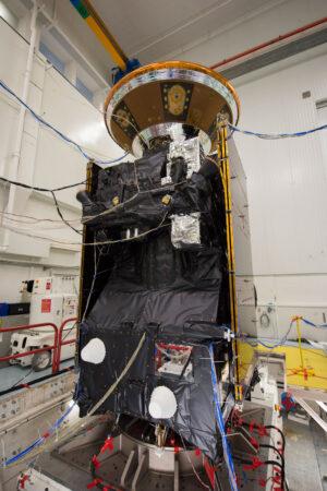 Sonda TGO (a nahoře modul EDM) při vibračních zkouškách)