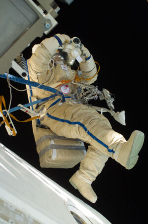 Oleg Skripočka během výstupu do otevřeného prostoru 16. února 2011