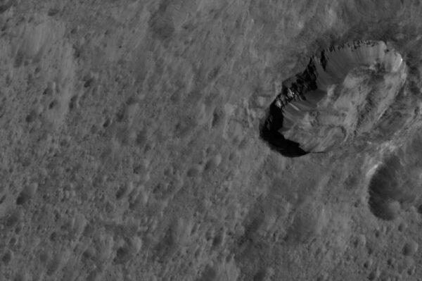 Ceres – Kráter Juling. Zdroj: NASA/JPL-Caltech/UCLA/MPS/DLR/IDA