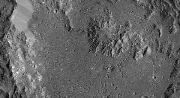 Kráter Ikapati. Zdroj: NASA/JPL-Caltech/UCLA/MPS/DLR/IDA
