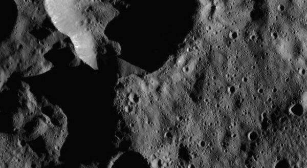 Ceres – krátery v severních šířkách. Zdroj: NASA/JPL-Caltech/UCLA/MPS/DLR/IDA