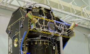 Sledovače hvězd na rozpracované sondě - povšimněte si destičky s nápisem STR