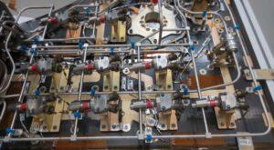 Pohled na pyrotechnických ventilů rozvodu tlakovacího helia
