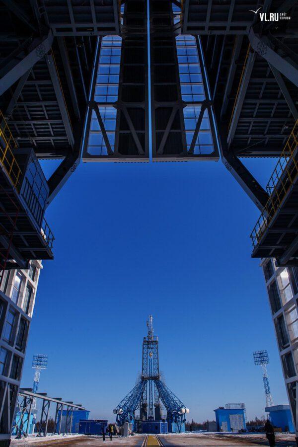 Pohled na startovní rampu z montážní haly