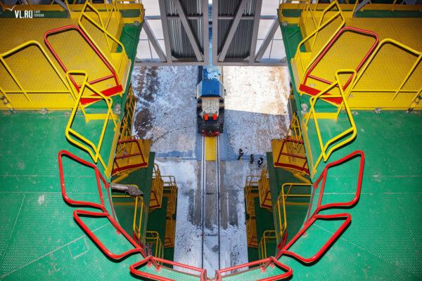 Obslužná věž obsahuje několik pater, která umožní přístup ke všem místům rakety