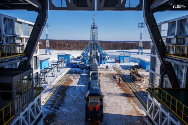 Pohled na startovní rampu od obslužné věže