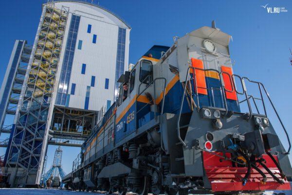 Povedený snímek zachycující vlakovou soupravu a mobilní obslužnou věž