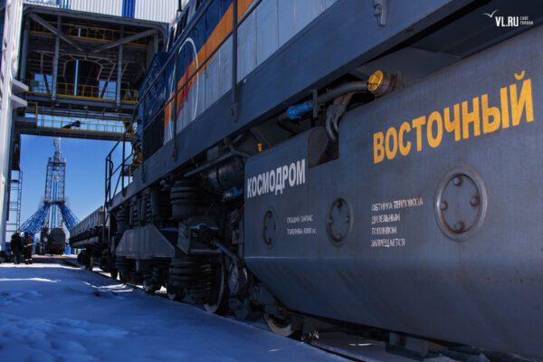 Obslužný vlak a pohled na startovní rampu