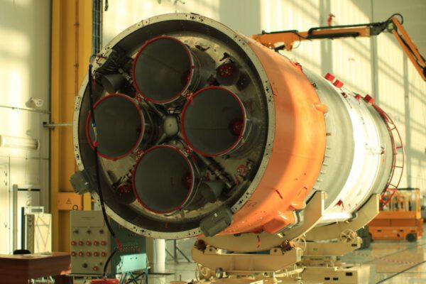 Příprava druhého stupně rakety Sojuz pro premiérový let z kosmodromu Vostočnyj