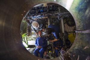Technici umisťují figuríny do Orionu.