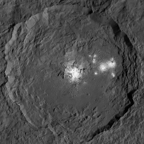 Occator nafocený z výšky 385 km, kdy nejmenší rozlišitelné detaily mají kolem čtyřiceti metrů. Celý kráter měří napříč devadesát dva kilometrů a hluboký je kilometry čtyři.