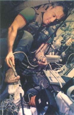 Valerij Poljakov při lékařském experimentu na stanici MIR