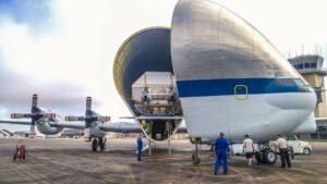 Letoun SuperGuppy s uloženým kontejnerem obsahujícím kabinu lodi Orion