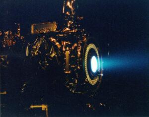 Zážeh iontového motoru NSTAR o výkonu 2,3 kW pro sondu Deep Space 1