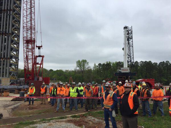 Pracovníci, kteří se přišli podívat na dokončení stavby