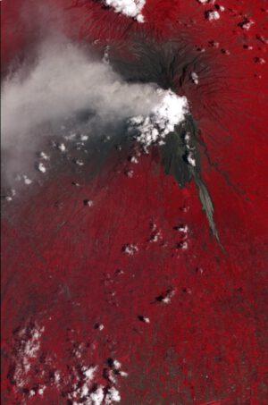 Exploze indonéské sopky Merapi v roce 2010 v nepravých barvách - dobře jsou vidět pyroklastické proudy