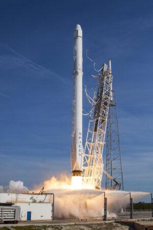 Falcon 9 v1.2 s lodí Dragon CRS-8 startuje