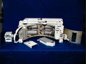 Vnitřní uspořádání SAFERu. Zřetelné jsou mimo jiné čtyři nádržky se stlačeným dusíkem.