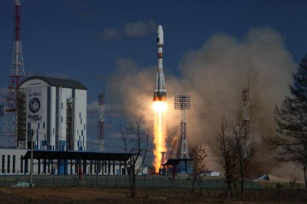 Nalevo od rakety vidíme obslužnou věž