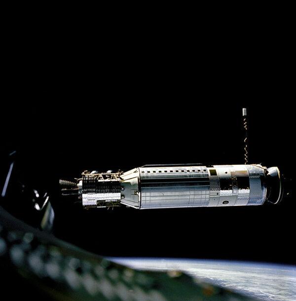 Stupeň Agena na orbite z pohľadu pilotovanej lode Gemini 8